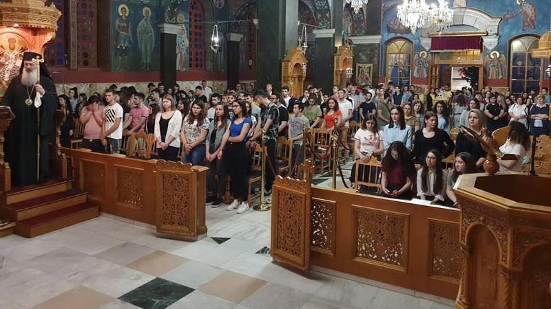 Πλήθος μαθητών στη βραδινή Θεία Λειτουργία για τους υποψηφίους των Πανελλαδικών Εξετάσεων