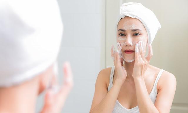 Se laver le visage aidera à se débarrasser des taches.