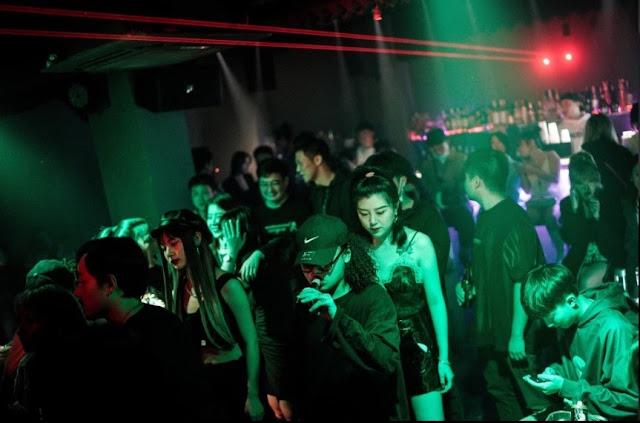 Chiudono il mondo intero, ma a Wuhan la vita notturna continua come se niente fosse