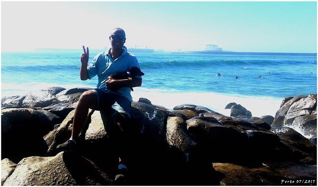 Matosinhos(Porto), alle spalle il porto e la 'tribù' dei surfisti in acqua h24