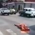 Vídeo flagra momento em que carro de funerária deixa cadáver cair em plena avenida