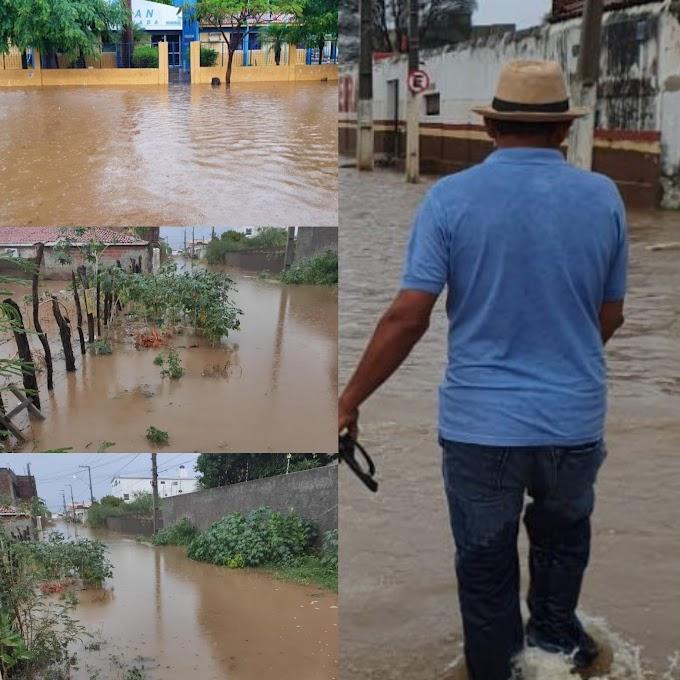 Forte chuva em Serra Talhada alaga partes da cidade nesta sexta (20)