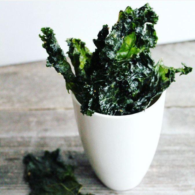 This salt and vinegar kale chips recipes is seriosuly the best! It's super easy to make in your dehydrator. This is the best way to get crispy and healthy kale chips that are keto, paleo and whole30 compliant. #creativegreenliving #creativegreenkitchen #kalechips #dehydrator #bestkalechips #easykalechips #saltandvinegar