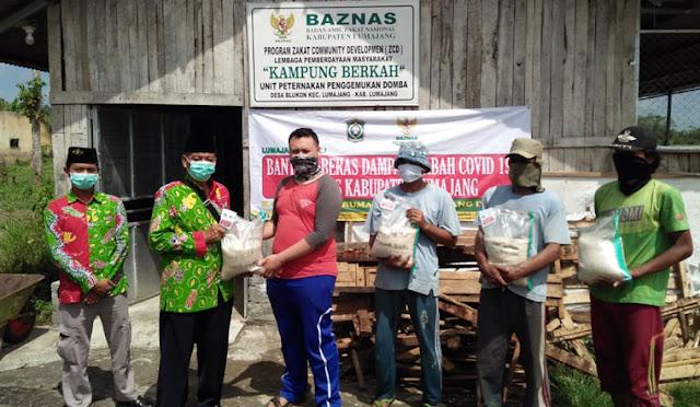 Baznas membagikan beras pada usaha binaan