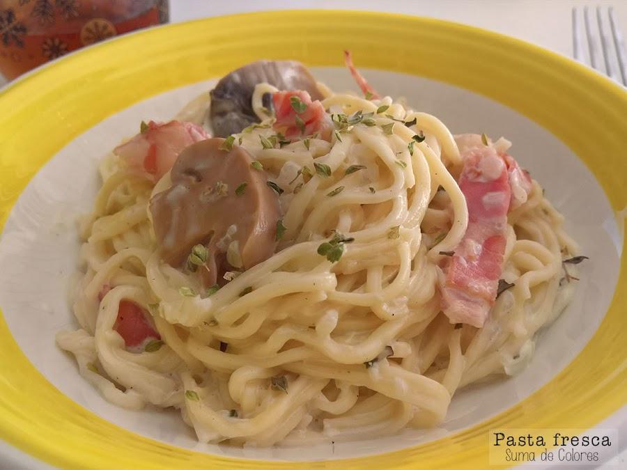 Pasta con nata (crema de leche), bacon y champiñones (1)