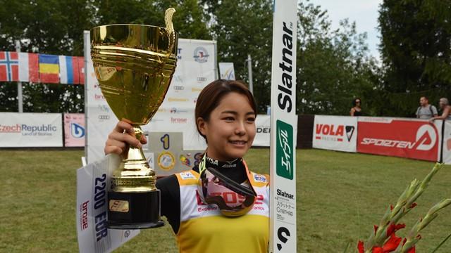 Sara Takanashi se aproxima de hepta no Grand Prix de Esqui Saltos