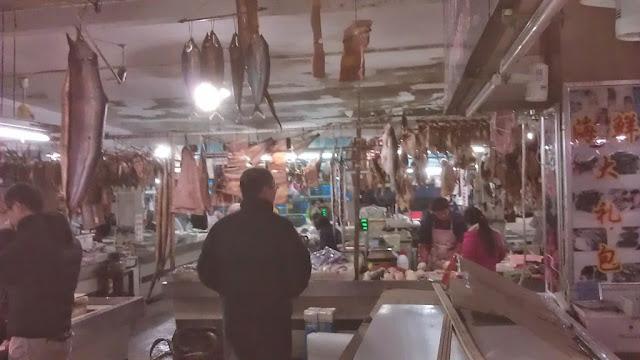 捌かれた大きな魚が天井からぶら下げられている光景