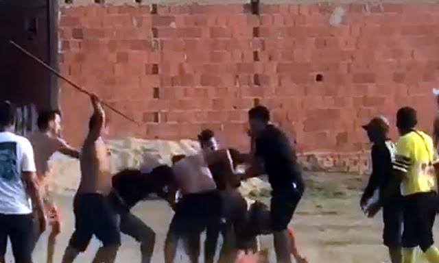 Pancadaria em partida de futebol acaba com policial sacando arma de fogo contra árbitro no Acre