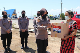 Sambut Hut Polwan 73, Polres Pelabuhan Makassar bagi Sembako pada Warga Kurang Mampu