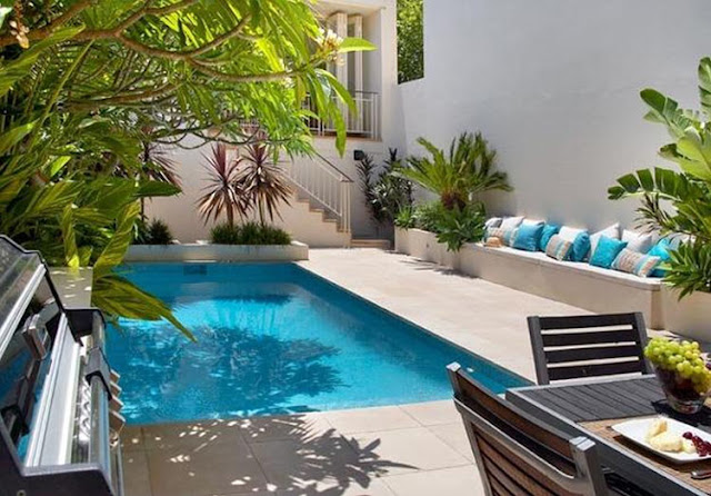 The garden with the villa pool feels very nice.