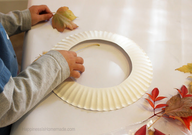 Kids craft fall leaf wreath for Fall decorating ideas with construction paper