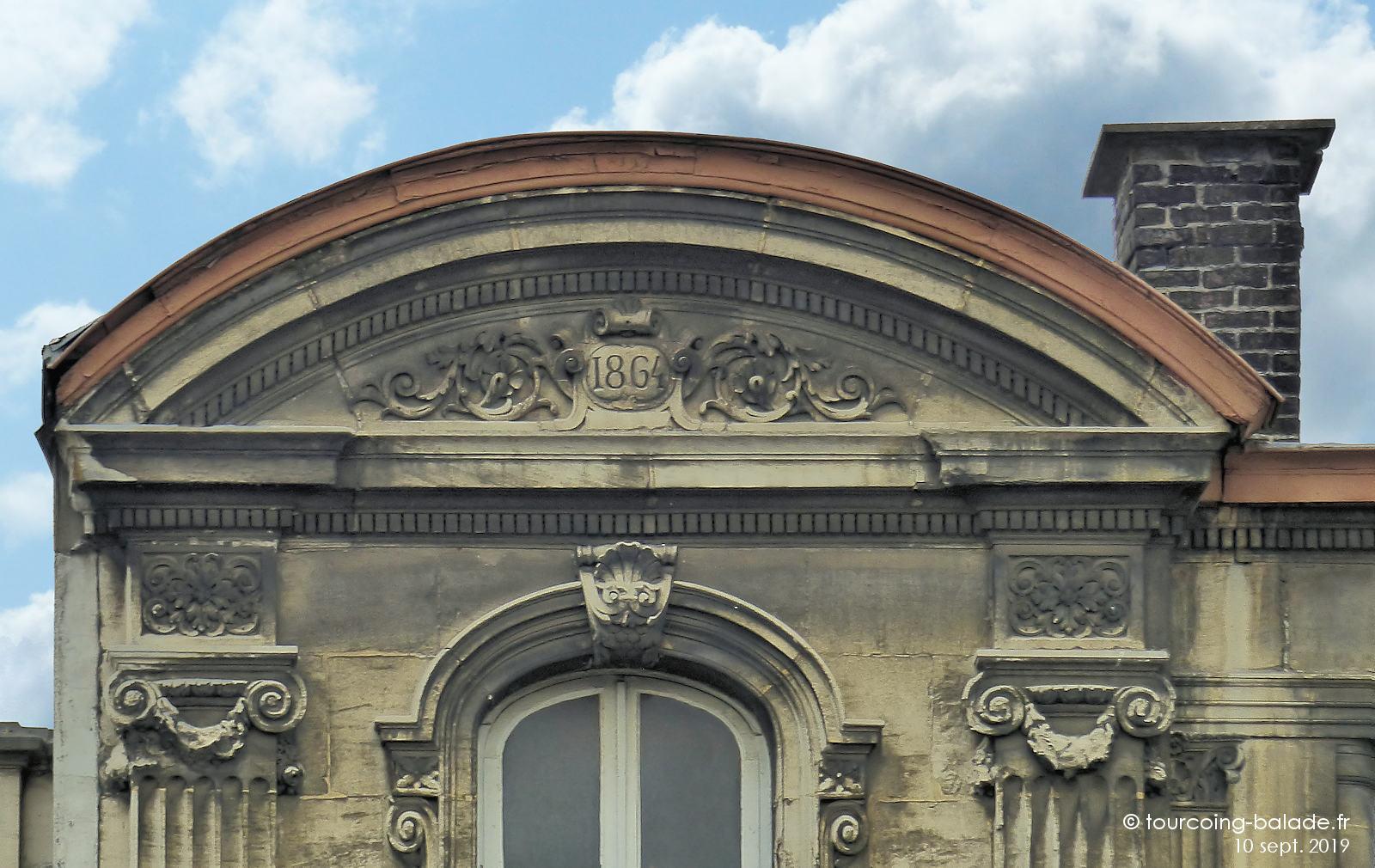 Couvent des Bénédictines, Tourcoing - Fronton cintré.