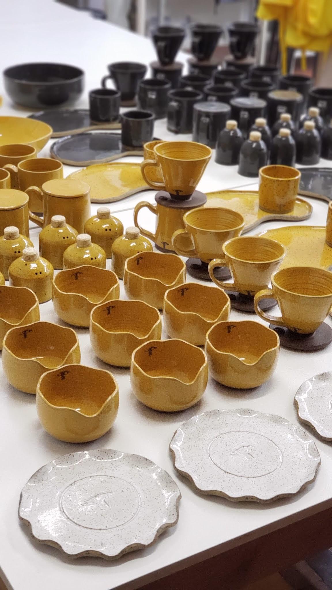 Produção de encomenda de peças em cerâmicas por Fernando Rollim - Cubo de Barro