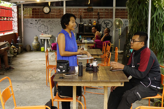 Pemilik warung sedang berbincang dengan Ardian