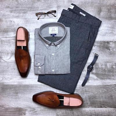 Sapatos marrons com terno cinza
