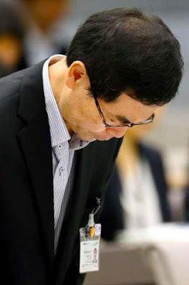 Ryoichi Kishimoto, Chairman of Central Market Committee of Tokyo Metropolitan Government apologizes.