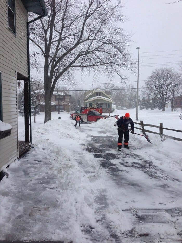 30 Heartwarming Photos That Restored Our Faith In Humanity - An Elderly Man In My Neighborhood Had A Heart Attack While Shoveling His Driveway.