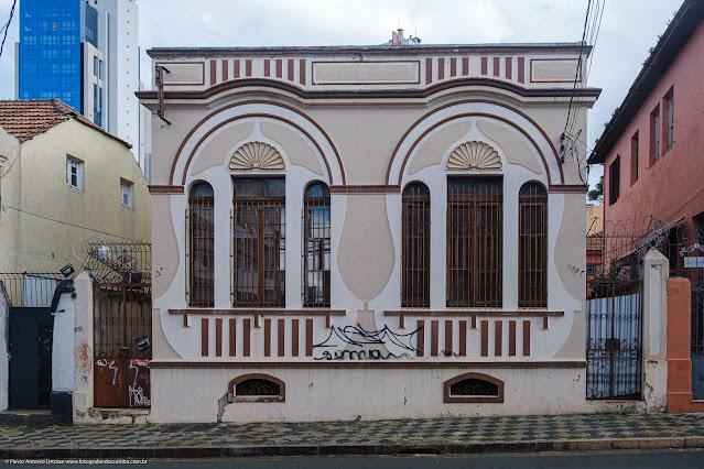 Casa de madeira na Rua Saldanha Marinho com um bonita fachada em alvenaria