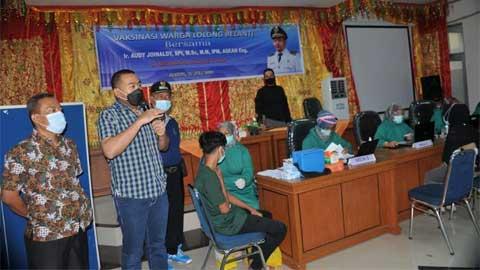 Audy Joinaldy saat meninjau vaksinasi di Kantor Camat Padang Utara
