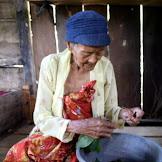 Miris... Seorang Nenek Hanya Makan Daun Campur Garam Demi Bertahan Hidup Yang Sebatang Kara
