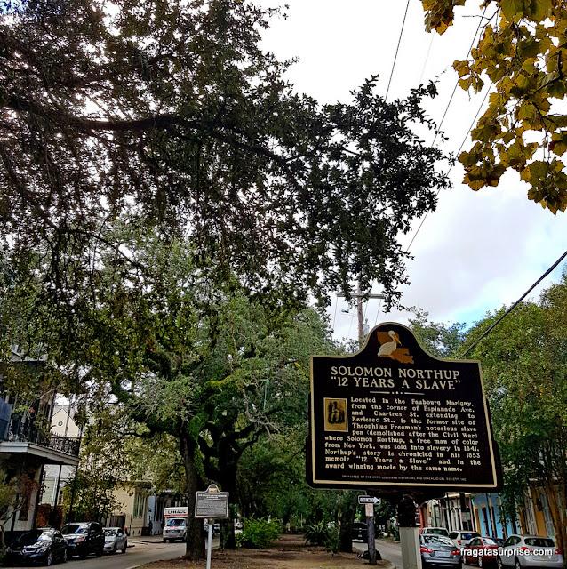 """Placa na Esplanade Avenue de Nova Orleans lembra o mercado de escravos onde Solomon Northup foi vendido, como retratado no filme """"12 Anos de Escravidão"""""""