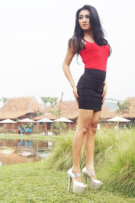 Model manis Shelly Febrianti hutning bareng dengan Wide lensa atau Long Shoot