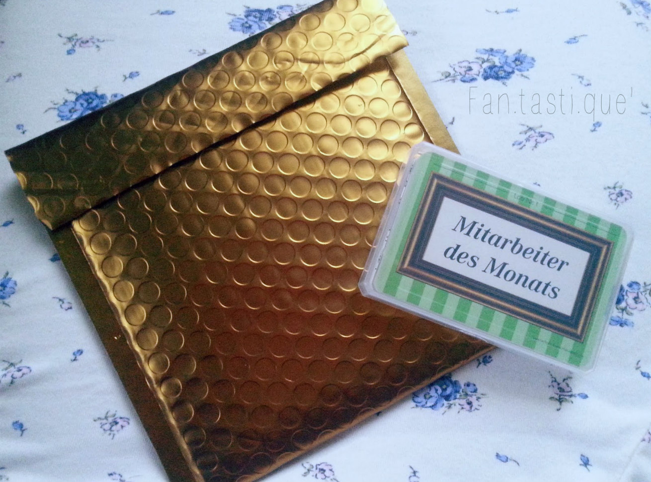 the pack of Lobkarten next to its golden packaging