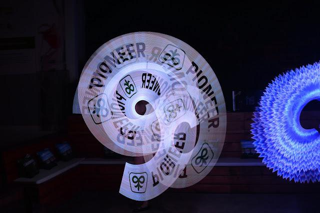 Apresentação para evento de lançamento da Pionner que contratou o Pixel Poi para apresentar performance com a logomarca no show de Humor e Circo.