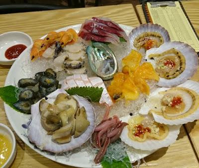Koreanisches Abendessen mit rohen Meeresfrüchten und Fisch