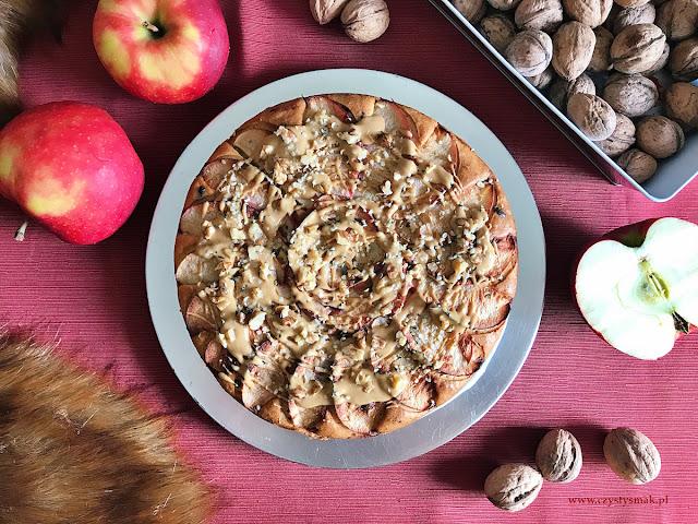 Jesienne ciasto z jabłkami i polewą z masła orzechowego
