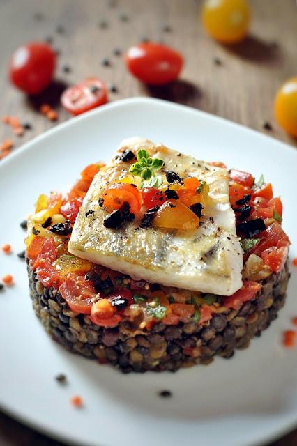 Fischfilet auf Linsengemüse mit Tomaten-Salsa und Oliven