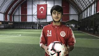 الاعلام التركي يحتفي بشاب سوري في تركيا احترف كرة القدم (فيديو)