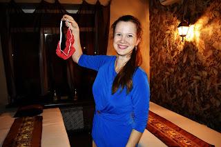 Девушка в спа-салоне Баунти с красными стрингами в руке