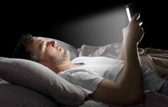 Dampak Negatif Bagi Tubuh Jika Bermain HP Sebelum Tidur