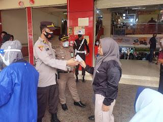 Basmi Virus Covid 19, Polres Pelabuhan Makassar Kawal Operasi PPKM di Pasar Sentral