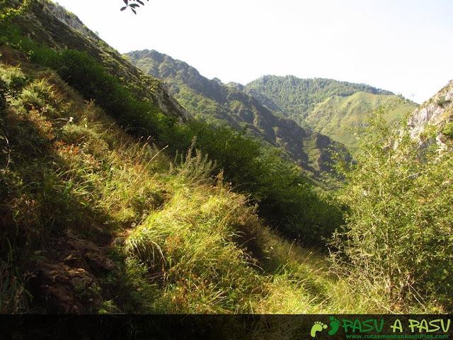 Sendero en la parte baja de la ladera del Pondio