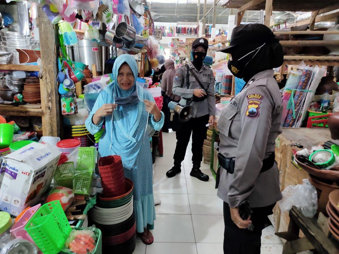 Pusat Perbelanjaan Mulai Ramai,, Polwan Polres Kebumen Ingatkan Protokol Kesehatan