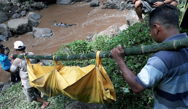 Evakusi mayat yang ditemukan di sekitar Air Terjun Trap Sewu