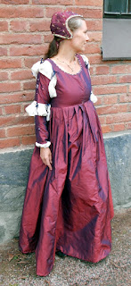 http://evashistoricalcostumes.blogspot.se/p/italian-15th-century-gown-in-shot-silk.html