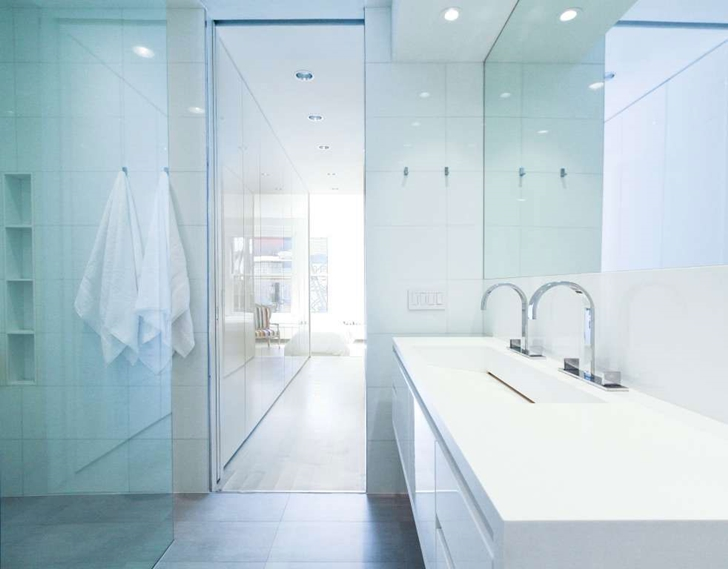"White bathroom in Modern New York Apartment by ""Resolution: 4 Architecture"""