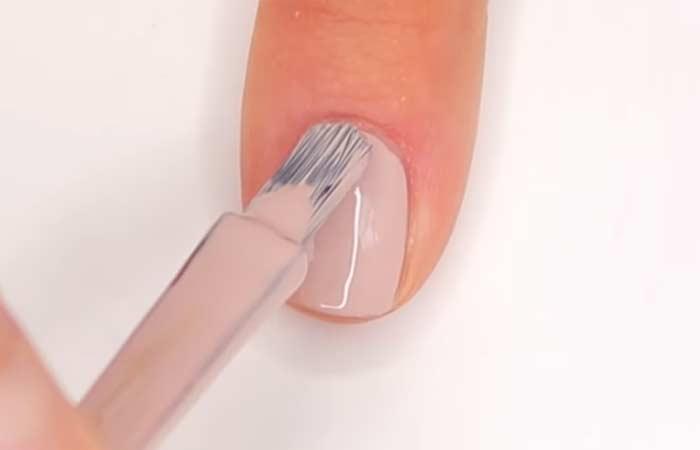 ضعي طلاء الأظافر بلون البشرة أو البشرة