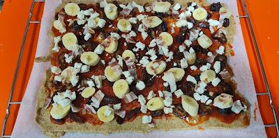 Una Pizza de plátano, dátiles y bacón preparada para hornear