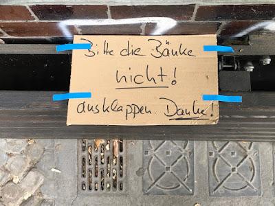 """Schild: """"Bitte Bank nicht herunterklappen!"""""""