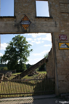 Ciò che rimane degli edifici distrutti durante il massacro