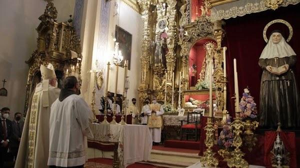 Amigo Vallejo bendice la imagen de Santa Ángela de la Cruz de la Hermandad del Santo Entierro de Arahal