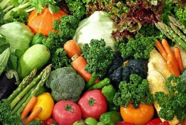 Menurunkan kadar gula darah  Bagi Anda yang memilki gangguan kesehatan terkait dengan kadar gula darah yang tidak stabil, cobalah untuk memperbanyak mengonsumsi sayuran hijau. Dimana manfaat sayuran hijau ini mampu memaksimalkan kerja hormon insulin.   Dengan begitu maka kadar gula darah Anda tidak akan mudah naik dan akan tetap stabil. Bahkan apabila Anda rajin mengonsumsi sayuran hijau dalam jumlah banyak penyakit yang lebih dikenal dengan nama diabetes mellitus ini bisa berangsur sembuh.   6. Mencegah Aterosklerosis  Mungkin banyak diantara Anda yang masih asing mengedar kata Aterosklerosis. Aterosklerosis sendiri merupakan sebuah penyakit pada pembuluh darah, yaitu terjadinya pengapuran pada pembuluh darah arteri.   Nah dengan bayak mengonsumsi sayuran hijau, Anda bisa dengan mudah membersihkan saluran pembuluh darah. Dengan begitu penyakit pengapuran pembuluh darah ini bisa dicegah sejak dini.   Terlebih lagi jika Anda lebih banyak mengonsumsi sayuran mentah atau setengah matang yang dijus sehingga dapat lebih mudah dicerna dan disalurkan ke seluruh pembuluh darah.   7. Anti kanker  Mendengar nama penyakitnya saja mungkin sudah begitu menyeramkan. Bagaimana tidak, kanker merupakan salah satu penyakit berbahaya yang paling banyak menyebabkan kematian di Indonesia, mulai dari kanker serviks, kanker payudara, kanker darah, kanker paru-paru, kanker otak dan lain-lain.   Namun Anda tak perlu khawatir, sebab dengan menjaga pola hidup sehat pun penyakit ini dapat dicegah, salah satunya yaitu dengan banyak mengonsumsi sayuran hijau. Ya, manfaat sayuran hijau lainnya yaitu sebagai anti kanker dengan kandungan antioksidannya yang tinggi.   Dimana sayuran hijau memiliki kandungan asam lemak dan asam amoni essensial yang terbukti baik untuk mengontrol pertumbuhan sel termasuk sel kanker. Jadi cegahlah kanker dengan cara yang mudah sebelum kanker tumbuh dan menggerogoti tubuh Anda.   8. Baik untuk pencernaan  Selain baik untuk saluran darah atau pembuluh darah, sayuran hija