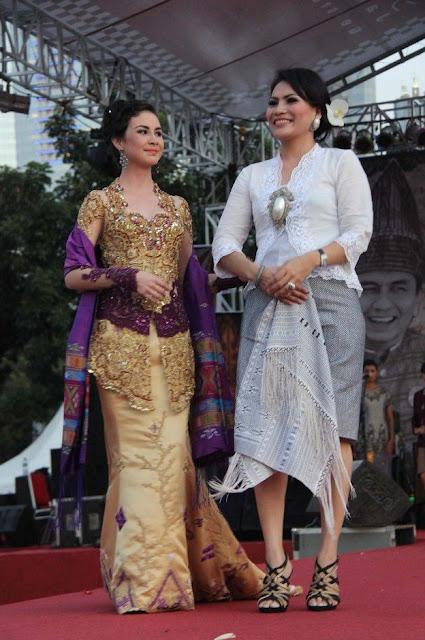 Dengan Mengenakan Busana Batak, Di atas panggung Arumi tampil anggun.