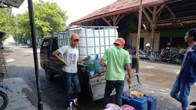 Jual Air Bersih Keliling, Misbah Kantongi Ratusan Ribu per Hari