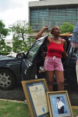 Médico que vivió casi dos meses dentro de vehículo está ingresada