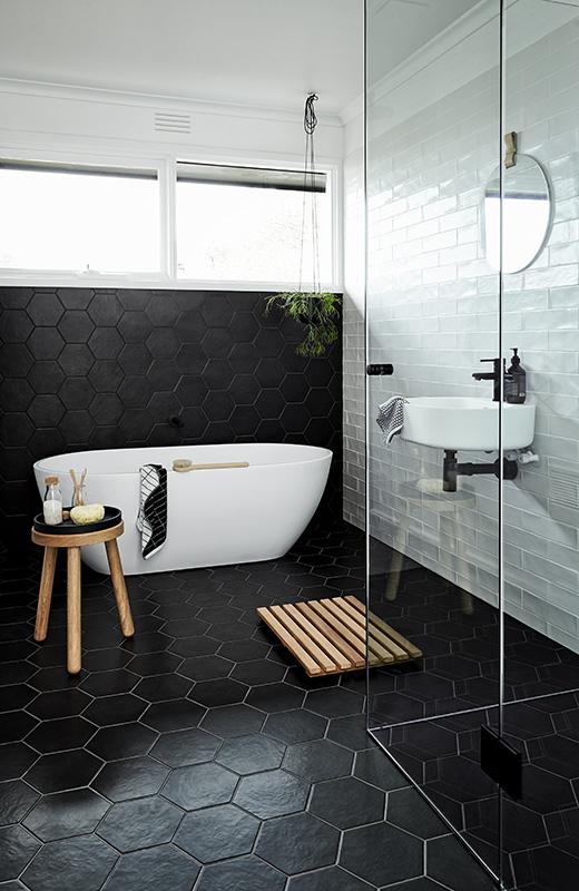 czarne kafelki w łazience